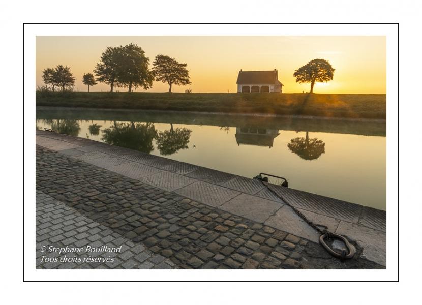 Les quais de Saint-Valery au petit matin le long du chenal de la Somme.