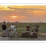 Touristes venus admirer le coucher de soleil au cap Hornu.