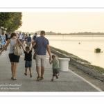 Promeneurs sur les quais de Saint-Valery le long du chenal de la Somme.