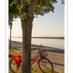 Vélo rouge sur les quais de Saint-Valery le long du chenal de la Somme.
