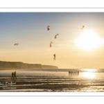 Equipe de cervolistes qui s'entraine au vol de cerf-volant synchronisé sur la plage de Ault près des falaises.