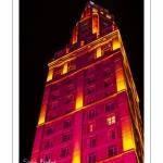 La tour Perret illuminée pendant le marché de Noël à Amiens