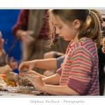 Modelage du corps de l'oiseau - Noémie (enfant,fille, 8 ans) réalise un oiseau en argile dans le cadre des ateliers du festival de l'oiseau. L'oiseau est ensuite décoré avec des matériaux (végétaux) naturels : copeaux, mousse, branchages... Saison : Printemps - Lieu : Abbeville, Somme, Picardie, France.