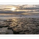 Le plateau rocheux et un coucher de soleil à Ambleteuse sur la côte d'Opale.