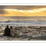 Un couple d'amoureux face au coucher de soleil à Ambleteuse sur la côte d'Opale