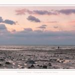 Promeneurs sur le plateau crayeux au pied des falaises à Ault, au crépuscule. Saison : Hiver. Lieu : Ault, Côte Picarde, Somme, Picardie, Hauts-de-France, France. Walkers on the chalky plateau at the foot of the cliffs at Ault at dusk. Season: Winter. Location: Ault, Picardy Coast, Somme, Picardie, Hauts-de-France, France.