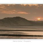 La Baie d'Authie Nord à Berck-sur-mer à l'aube, un matin d'Automne - Vue sur les digues qui protègent le massif dunaire de l'érosion.  Saison : Automne - Lieu : Berck-sur-mer, Pas-de-Calais, Nord-Pas-de-Calais, France, Baie d'Authie.