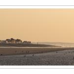 Vue de Cayeux-sur-mer depuis la plage au soleil couchant