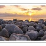 Coucher de soleil sur la plage de Cayeux et ses galets