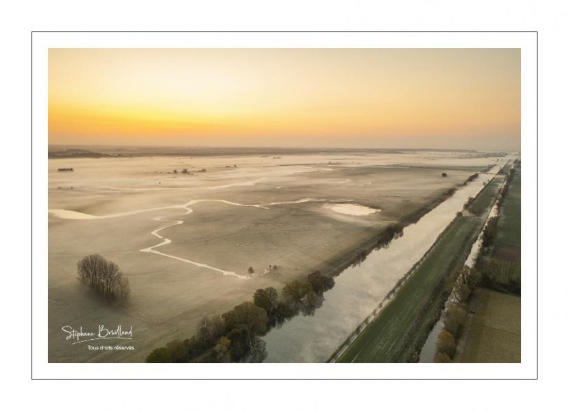 Le canal de la Somme et la campagne environnante près de Saint-Valery-sur-Somme