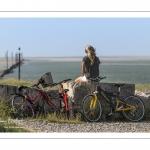 Jeune femme en VTT devant le chenal de la Somme au Cap Hornu