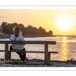 Jeune femme regardant le coucher de soleil à Saint-Valery