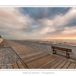 Un soir d'été à Cayeux-sur-mer, alors que la météo capricieuse donne au chemin des planches un petit air hors saison. Saison : été - Lieu : Cayeux-sur-mer,Somme, Picardie, France