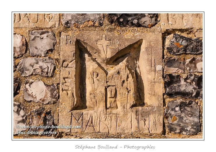 La Chapelle des Marins ou Chapelle Saint-Valery fut construite à la mémoire du saint patron de la ville en 622, puis rasée et remplacée par l'actuelle chapelle en 1878. On note la structure en damiers de ses murs et les graffitis. Elle est située en haut d'un promontoire qui offre un joli panorama sur le chenal de la Somme et la Baie.  Saison : Printemps - Lieu : Cap Hornu, Saint-Valery, Baie de Somme, Somme, Picardie, France