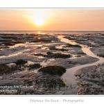 Coucher de soleil en Baie de Somme. La lumière rasante souligne les reliefs du sol  de la Baie découverts par la marée basse (grande marée). Saison : Hiver - Lieu : Les Plages de la Maye, Le Crotoy, Baie de Somme, Somme, Picardie, France