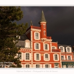 L'hotel des Tourelles au Crotoy, sur fond de ciel d'orage. Le momument emblématique du Crotoy est ici vivement éclairé alors que derrière le ciel est tout noir. - Saison : Hiver - Lieu : Le Crotoy, Baie de Somme, Somme, Picardie, Hauts-de-France, France. 254/5000The hotel of Tourelles in Crotoy, against a background of stormy sky. The emblematic momument of Crotoy is here brightly lit while behind the sky is all black. - Season: Winter - Location: Le Crotoy, Somme Bay, Somme, Picardy, Hauts-de-France, France.