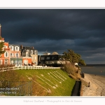 L'hotel des Tourelles au Crotoy, sur fond de ciel d'orage. Le momument emblématique du Crotoy est ici vivement éclairé alors que derrière le ciel est tout noir. - Saison : Hiver - Lieu : Le Crotoy, Baie de Somme, Somme, Picardie, Hauts-de-France, France.  254/5000 The hotel of Tourelles in Crotoy, against a background of stormy sky. The emblematic momument of Crotoy is here brightly lit while behind the sky is all black. - Season: Winter - Location: Le Crotoy, Somme Bay, Somme, Picardy, Hauts-de-France, France.