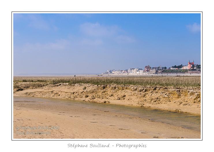 Le Crotoy, vu depuis l'intérieur de la baie de Somme à marée basse. Saison : Printemps - Lieu : Le Crotoy, Baie de Somme, Somme, Picardie, France.