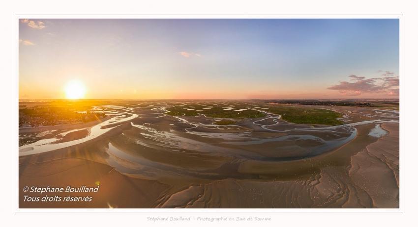 Saison : été - Lieu : Le Crotoy, Baie de Somme, Somme, Hauts-de-France, France. Panorama par assemblage d'images 6873 x 3436 px