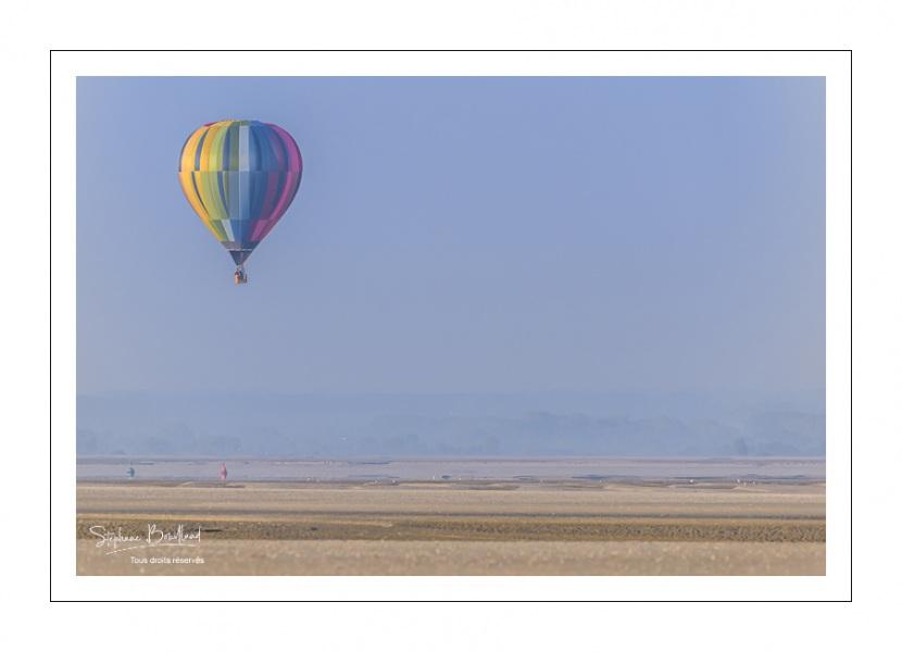 Mongolfière en vol au dessus de la baie de Somme