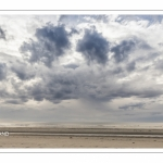 Un ciel chargé de lourds nuages sur la plage de Fort-Mahon.