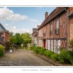Les vielles rues pavées - Gerberoy, un des « Plus beaux villages de France ». Ses maisons du XVIIe et XVIIIe siècles, en bois et torchis ou briques et silex, font de Gerberoy un lieu de promenade unique. Au printemps et en été, les rosiers grimpants sur les façades transforment la commune en véritable roseraie. Saison : Printemps - Lieu : Gerberoy, Oise (60), Picardie, France
