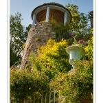 Les ruines de l'ancienne forteresse que le peintre Henri Le Sidaner a transformées en un magnifique jardin - Gerberoy, un des « Plus beaux villages de France ». Ses maisons du XVIIe et XVIIIe siècles, en bois et torchis ou briques et silex, font de Gerberoy un lieu de promenade unique. Au printemps et en été, les rosiers grimpants sur les façades transforment la commune en véritable roseraie. Saison : Printemps - Lieu : Gerberoy, Oise (60), Picardie, France