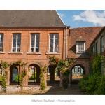 L'Hôtel de Ville du XVIIIe - Gerberoy, un des « Plus beaux villages de France ». Ses maisons du XVIIe et XVIIIe siècles, en bois et torchis ou briques et silex, font de Gerberoy un lieu de promenade unique. Au printemps et en été, les rosiers grimpants sur les façades transforment la commune en véritable roseraie. Saison : Printemps - Lieu : Gerberoy, Oise (60), Picardie, France