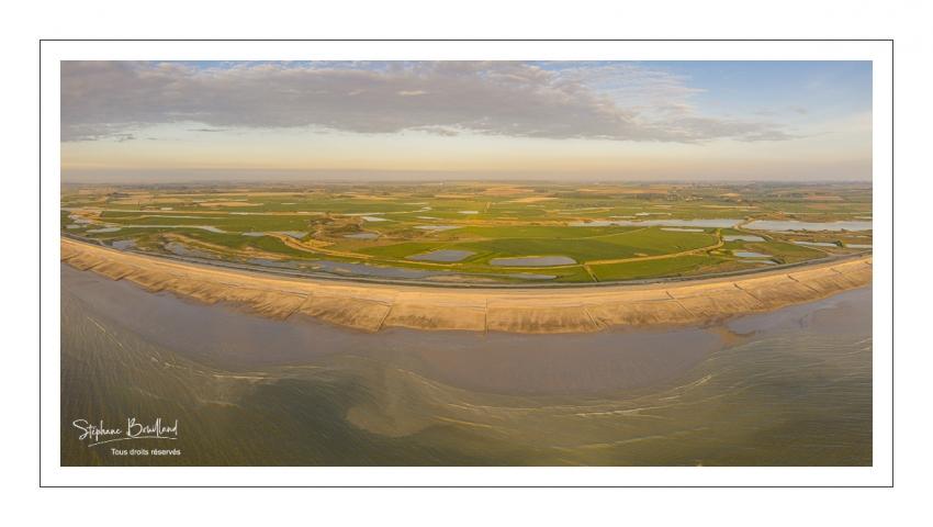 France, Somme (80), Baie de Somme, Cayeux-sur-mer, Ault, Le Hâble d'Ault, cet ancien port est devenu un polder protégé de la mer par le cordon de galets qui forme une digue  (vue aérienne) // France, Somme (80), Baie de Somme, Cayeux-sur-mer, Ault, Le Hâble d'Ault, this old port has become a polder protected from the sea by the pebble cord that forms a dike.  (aerial view)