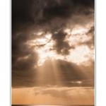 En fin d'après-midi le ciel se dégage et les nuages noirs s'éloignent. Une trouée dans les nuages laisse passer un rayon de soleil qui vient illuminer la mer. Saison : Hiver - Lieu : Ault, Côte Picarde, Somme, Picardie, France.