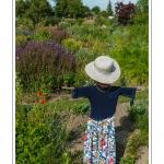 A Saint-Valery, mêm les épouvantails sont très chics... L'Herbarium est un jardin perché sur les remparts de la cité médiévale, au coeur de Saint-Valery. C'était autrefois le jardin des religieuses et il a conservé un pommier et des groseillers centenaires. Le jardin, constitué de trois terrasses, a été restauré en 1995 par une association de bénévoles qui continue de l'entretenir et de l'ouvrir au public. Saison : été - Lieu : Saint-Valery-sur-Somme, Baie de Somme, Somme, Picardie, France