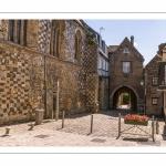 """France, Somme (80), Baie de Somme, Saint-Valery-sur-Somme, la Porte de Nevers ou """"Porte du Bas"""" est une porte fortifiée de l'enceinte de la ville médiévale de Saint-Valery-sur-Somme // France, Somme (80), Somme Bay, Saint-Valery-sur-Somme, the Porte de Nevers or """"Porte du Bas"""" is a fortified gate of the medieval town of Saint-Valery-sur-Somme"""