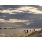 Promeneurs sur la plage un soir au Crotoy