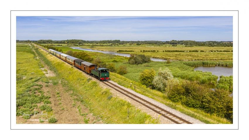 France, Somme (80), Baie de Somme, Noyelles-sur-Somme, Le petit tran de la baie de Somme (vue aérienne) // France, Somme (80), Baie de Somme, Noyelles-sur-Somme, the little train in the bay of Somme (aerial view)