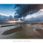 Promenade entre deux orages au crépuscule dans la baie de Somme à marée basse en suivant un des ruisseaux qui parcourrent la baie entre Le Hourdel et Cayeux-sur-mer. Saison : Automne - Lieu : Le Hourdel, Baie de Somme, Somme, Picardie, France