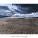 Le sable balayé par le vent fort - Promenade entre deux orages au crépuscule dans la baie de Somme à marée basse en suivant un des ruisseaux qui parcourrent la baie entre Le Hourdel et Cayeux-sur-mer. Saison : Automne - Lieu : Le Hourdel, Baie de Somme, Somme, Picardie, France