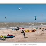 Le beau temp et un vent fort attirent les adeptes du kitesurf sur la plage du Crotoy pour y pratiquer leur sport. Saison : Printemps - Lieu : Le Crotoy, Baie de Somme, Somme, Picardie, France