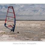 Planche à voile (véliplanchiste) sur la plage du Crotoy en Baie de Somme par un jour de grand vent. Saison : Printemps - Lieu : Le Crotoy, Baie de Somme, Somme, Picardie, France