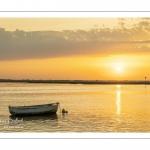 Une barque dans le chenal de la Somme à l'aube