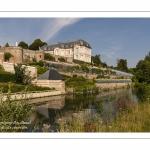 Les bords de la Somme à Long - Le Château de Long.