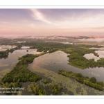 Survol des marais de la Somme à Long au petit matin.