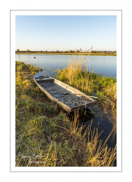 Barque à fond plat à proximité d'une hutte de chasse