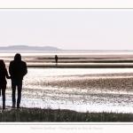 Couple se promenant en baie de Somme - saison : Hiver - Lieu : Plages de la Maye, Réserve Naturelle, Baie de Somme, Somme, Picardie, Hauts-de-France, France. Couple walking in the Bay of Somme - season: Winter - Location: Beaches Maye, Nature Reserve, Somme Bay, Somme, Picardy, Hauts-de-France, France.