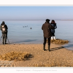 Guide nature qui emmène ses clients voir les phoques en baie de Somme -saison : Hiver - Lieu : Plages de la Maye, Réserve Naturelle, Baie de Somme, Somme, Picardie, Hauts-de-France, France. Nature guide that takes its customers to see the seals in the Bay of Somme -season: Winter - Location: Maye Beaches, Nature Reserve, Somme Bay, Somme, Picardie, Hauts-de-France, France.