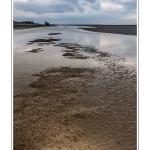 La pointe du Hourdel sous un ciel d'orage - Au loin le blockhaus du Hourdel, en bout de la digue de galets. Saison : Printemps - Lieu : Le Hourdel, Baie de Somme, Somme, Picardie, France