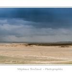 La pointe du Hourdel sous un ciel d'orage - Saison : Printemps -  Au loin, Le Crotoy, bourg situé de l'autre côté de la baie de Somme. Lieu : Le Hourdel, Baie de Somme, Somme, Picardie, France - Panoramique par assemblage d'images 11810 x 3937 px