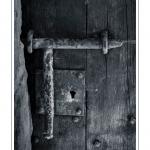 Verrou sur une vieille porte de la cité médiévale - Saison : été - Lieu : Saint-Valery-sur-Somme, Baie de Somme, Somme, Picardie, France.