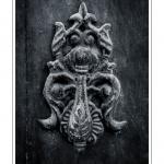 Heurtoir sur une porte d'entrée - Saison : été - Lieu : Saint-Valery-sur-Somme, Baie de Somme, Somme, Picardie, France.