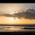 La plage de Quend-Plage un soir d'hiver. Rayon de soleil à travers les nuages Saison : Hiver - Lieu : Quend-Plage , Côte Picarde, Marquenterre, Somme, Picardie, France