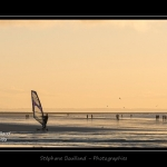 La plage de Quend-Plage un soir d'hiver. Speed sail (planche à voile terrestre à roulettes) sur la plage.Saison : Hiver - Lieu : Quend-Plage , Côte Picarde, Marquenterre, Somme, Picardie, France